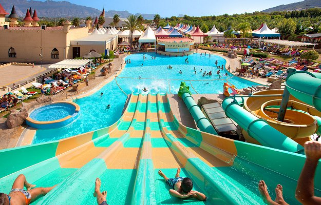 Parque acu tico y bungalows en magic excalibur for Camping piscina toboganes