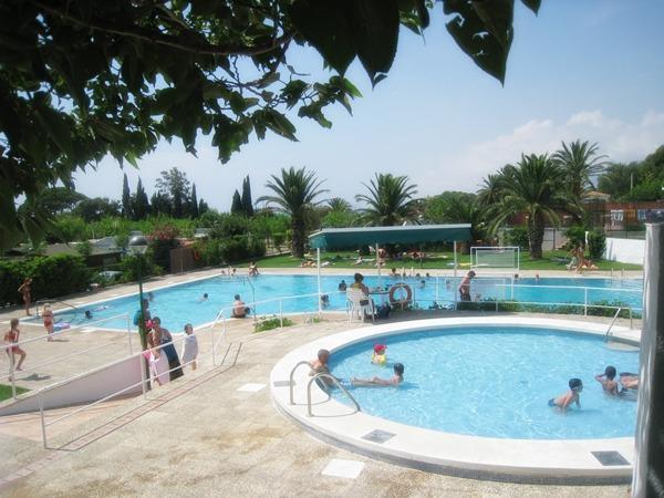 bungalows-playa-y-fiesta-vacaciones-piscina-verano-calor
